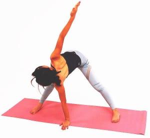 ゆっくり両手を両足の真ん中に戻し、右手を天井方向に伸ばし10呼吸繰り返します。背中からウエストをゆっくり絞りましょう。