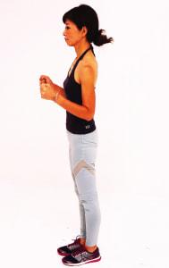 あごを軽く引き、ドローイング状態(吐く息でお腹を腰に引き寄せる)をつくります。軽く肘を曲げて脇にそえます
