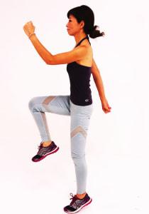 右ひざを腰の高さまで引き上げ、左肘は肩の高さまで引き上げます