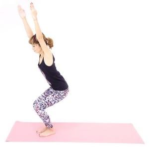 吐く息とともに、腰を下げます。この時、ひざがつま先より前に出ないようにかかとの方に体重を乗せ、足のつけ根から肩、耳たぶまでが一直線になるようにキープしてください。