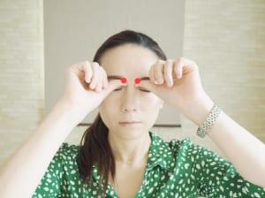 写真の「攅竹(さんちく)」というツボを親指の腹でゆっくりと上に3秒ほど押し上げます。そして、ゆっくりと3秒ほどかけて圧を弱めます