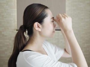 眉間と鼻のつけ根の境目にある溝(さんちく)に親指をあて、上に押し上げるように圧をかけます。このツボは眼精疲労や目の周辺の血行促進などに効果的といわれるツボなので、仕事中などに目が疲れた時にもやってみてください