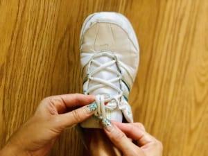 左側の紐をわっかにしたら、通常なら右側の紐を1度だけわっかに回して結びますが、2度わっかに回して結んでください