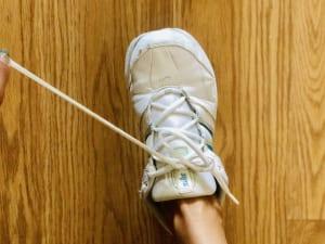 靴紐をほどく時は、いつもと同じでOKです