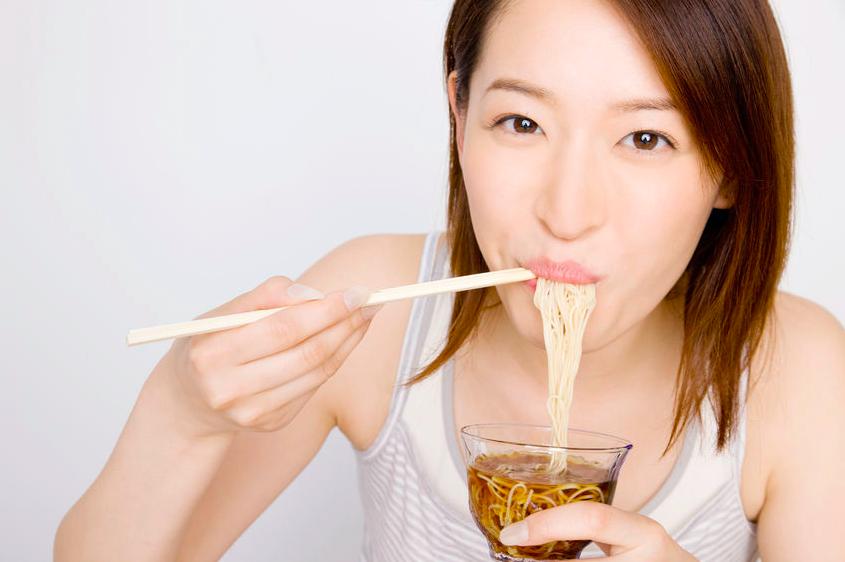 冷たいものを食べても身体冷やさない!夏疲れを防ぐ食事法