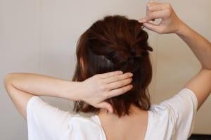 親指と人差し指の爪で毛束を摘むようにして、引きだします。髪の毛の表面とねじれた毛束部分を細かく引き出しましょう