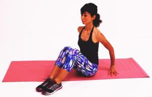 床に腰を下ろして体育座りのようにひざを立て、両手を後ろにつけます。この時、坐骨(お尻の骨)から頭の先が遠くはなれるイメージで背筋を伸ばします