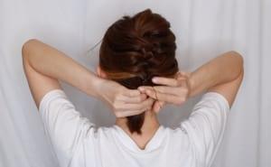 耳より下の毛は一つ結びにします。この時、編み込みを結んだゴムの位置で留められる方は同じ位置で留めるようにしましょう
