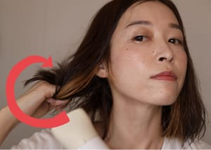 そのまま指で、外に跳ねるように髪の毛を反り返らせます