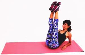 吸う息と背骨を伸ばし、足のつけ根が直角に曲がる位置で両つま先を上に伸ばします。ひざが伸びなければ曲げたままでもOKです