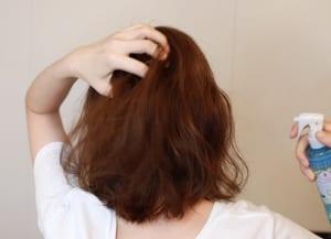 つむじのクセを修正するには、最初に髪をぬらすことが大切です。全体的にブローをする方であればシャワーでぬらした方が早いのですが、つむじだけどうにかしたいという方は、水スプレーやクセ毛直しミストを使って部分的にぬらす方が時短になります