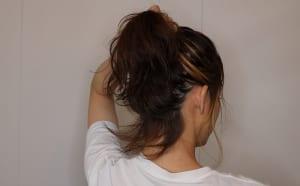 ゴムで結ぶ前に一度、手で髪の毛を上にざっくり上げてアップにした時の仕上がりを確認しましょう