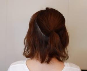 細いゴムを使って、耳から下の方で一つ結びにします。耳より上に結んでしまうと、仕上がりのバランスが悪くなり若作りしているようにも見えてしまうので、下の方で結ぶことがおすすめです