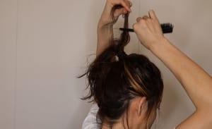 巻いてある毛束ごとに逆毛を立てて、細かく割いていきます。こうすることでさらにボリュームが出て、ふんわりしてくれます。くるりんぱした毛先も同様に、逆毛を立てて細かく割きましょう