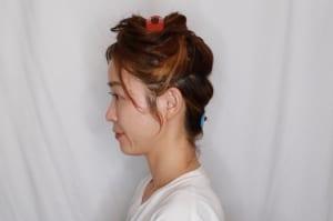 編み込みまとめ髪で大切なところは、編み込みする範囲とシニヨンにする範囲(耳を基点にして二つに髪の毛を分ける)をわけておくことです。写真のように、耳より上を編み込み、耳より下はシニヨンにしておきましょう