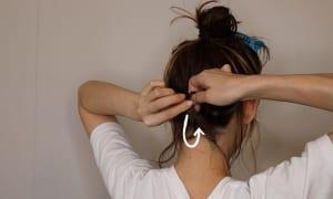 くるりんぱをする時、一つ結びにした後に毛先を裏側から通して表面に出すことがポイントです。こうすることで襟足がすっきりし、毛先が上のアップ部分と馴染みやすくなります。