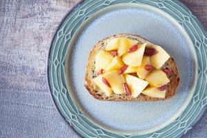 シミ予防・エイジングケアに!「柿とクコの実のトースト」