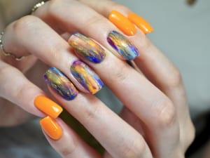 """ひっそりとハロウィン気分を楽しみたいという人には、色で楽しむハロウィンネイルがおすすめです。パープルやオレンジを使ったデザインで""""自分だけがわかる""""ハロウィンネイルをこっそりと楽しむのはいかがでしょうか"""