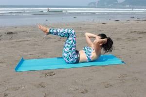 勢いをつけないように、息を吐きながら肩甲骨が床からはなれるくらい上半身を持ち上げます。この時、手に力を入れずに、頭の重さをサポートするようにします
