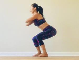息を吸いながらひざを曲げ、お尻を後方に引きます(後ろのイスにお尻を乗せるようなイメージ)。息を吐きながら(1)の体勢に戻ります。戻ってくる時に、ひざをピンっと伸ばしすぎないようにしましょう