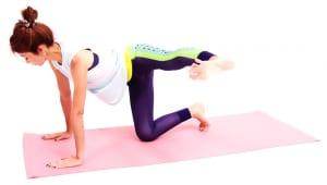 吐く息とともに、かかとを真横に押し出します。この時、四つん這いの姿勢が崩れないことが最大の条件です。お尻の位置が下がったり、伸ばした足の方向におヘソが向かないように丁寧に動作してください