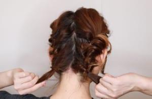 くるりんぱをした毛先と残った3分の2の毛も同じように、くるりんぱをしてほぐしましょう