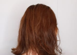 アレンジに入る前に、髪につやとまとまり感を出すために髪の毛全体を湿らせてオイルをつけます。髪の長さや使うオイルでも変わりますが、ショートヘアだと1〜2プッシュ、ミディアムからロングヘアの方なら3〜4プッシュを目安にオイルをつけてください