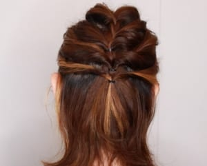 編み込みが終わった後に横の髪の毛だけをねじる、または、くるりんぱをすると、編み込みだけでまとめるよりも簡単に手の込んだアレンジに見えますよ