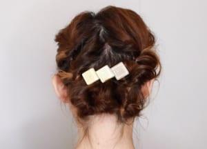 毛先部分を隠すようにヘアアクセを留めれば完成です。大きいヘアアクセをつけるほど、華やかさが増してくれますよ