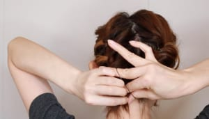 (5)の毛先を一つに結んだら、くるりんぱをします