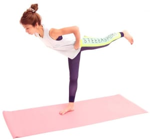 さらに、左足を腰の高さに引き上げます。バランスがとれない人は、軸足を曲げてもOKです。左足を腰の高さに引き上げ、臀部、ハムストリングスの刺激を感じてください