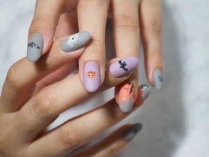 爪の真ん中にあえて小さく描くキャラは、オシャレ感が増します。さりげなく1本だけキャラを描いても良いでしょう
