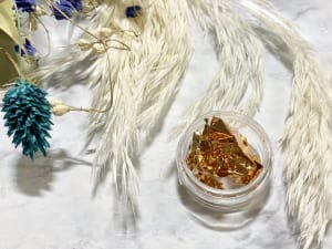 ネイル用の金箔は、最近ではネット通販や100円ショップなどでも売っています。金箔は、息で飛んでいってしまいそうなほど薄いものが埋め込みやすいのでおすすめです