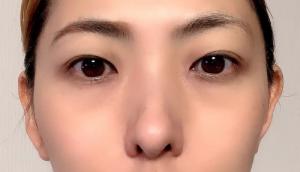写真右側の眉が素の眉で、左側が中太アーチ眉です。秋冬のトレンドであるブラウンリップに合う、凛としたなかに女性らしさを感じさせる眉に仕上がりました