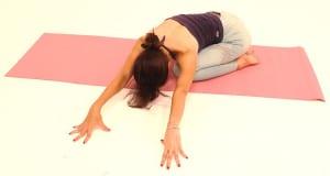 両手を左側にゆっくり移動させて、右ヒップから右腰、右脇腹が気持ちよく伸びる位置で呼吸を深めましょう
