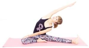 左手はそのまま右手を天井方向に伸ばし、吐く息とともに上体を左方向に傾け、右脇腹を伸ばします。10呼吸ほど繰り返し、元の位置に戻ります