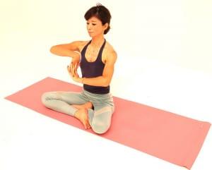 ゆっくり息を吐きながら、両手のひらを右方向に向けます。下の手は手首の内側を、上の手は手首の外側をストレッチします