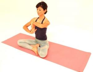 息を吸いながら手のひらを下に向けて、吐く息で両手の平を左方向に向けます。3回づつを目安に、(1)と(2)を繰り返しましょう