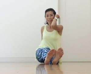 軽く両腕をふりながら左右のお尻を交互に動かして前に進んでみます。次に、後ろに戻るようにお尻を交互に動かします