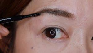 ペンシルで描いた後は、仕上げにスクリューブラシを使います。眉頭だけスクリューブラシでぼかすと眉頭から眉尻にかけてグラデーションになるので、自然な細眉に仕上がります