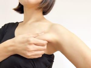 写真のように胸の筋肉をしっかりとつかみ、腕を大きく回します。猫背になりやすく、パソコン業務やスマートフォンの使い過ぎなどで肩が前に丸まっている人は、少し痛い場合があります。無理をぜずにつづけることで、筋肉が柔軟になっていきますよ