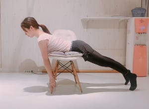 イスのあしをプッシュする力で、上半身を背中から起こしていきましょう。腰が反らないように、お尻の下を引き締めます