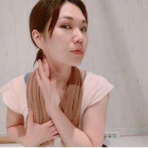 写真のように、耳の下の胸鎖乳突筋を指2~3本でやさしくマッサージすることも効果的です