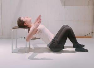 その状態から、後頭部の筋肉が気持ちいいと感じる程度に首を左右に動かし、刺激を感じてください