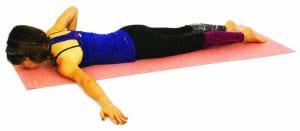 床にうつ伏せになり、右手を胸の横にそえて左腕は肩の高さにまっすぐ伸ばします。この時、左肩が浮かないように、左腕の内側(二の腕など)や脇のつけ根を床につけるように左手を横に伸ばして調整してください