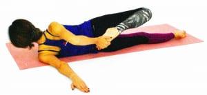 そのまま右手で右つま先をつかみ、かかとをお尻に近づけて太もも前側(大腿四頭筋)も伸ばしましょう。約10呼吸ほど繰り返し、ゆっくり元の位置に戻ります。反対側も同様に動作を繰り返しましょう