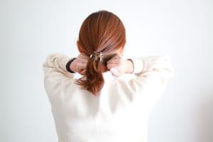 首のつけ根にはツボがたくさんあるので、もみほぐすだけで頭がすっきりとします。手をグーの状態にしたら首の付け根に置き、軽くグリグリと指圧しましょう