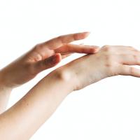 消毒で荒れた手肌が潤う!美しい手の人が実践するハンドケア