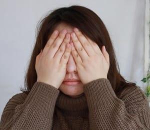 手のひらで目を隠すようにおおい、そのまま5秒ほどキープします。そのまま手をスライドさせ、こめかみを指圧して終了です