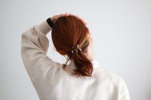 肩甲骨周りがほぐれたら、呼吸とともに首を横にゆっくりと倒します。左右行ってください